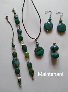 Un collier avec deux pendentifs, deux bracelets et une paire de boucles d'oreille